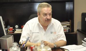 En la Universidad Autónoma de Tamaulipas, los alumnos, maestros y personal administrativo, tendrán prohibido fumar en el interior de la máxima casa de estudios, reveló el rector de la UAT, Enrique Etienne Pérez del Río.