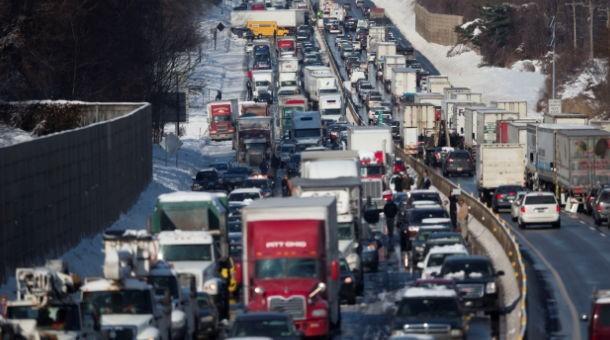 Al menos 2 personas resultaron lesionadas tras el accidente.