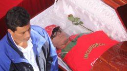 MÉXICO, D.F., 17ENERO2013.-  Noe Hernández fue homenajeado en el palacio municipal de Chimalhuacan, donde amigos y familiares realizaron guardias de honor en memoria marchista olimpico. FOTO: SAÚL LÓPEZ /CUARTOSCURO.COM