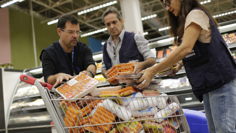 Inspectores del gobierno brasileño confiscan paquetes de carne en Río de Janeiro debido a sospechas de que podrían estar vencidos, el 20 de marzo del 2017. (AP Photo/Silvia Izquierdo)
