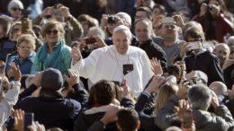 El papa Francisco llega para su audiencia general semanal en el Vaticano, el miércoles 29 de marzo de 2017. (AP Foto/Andrew Medichini)